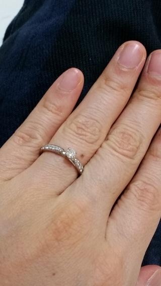 【銀座ダイヤモンドシライシの口コミ】 典型的な婚約指輪のデザイン。まわりのダイヤモンドもとてもきれい。婚約指…