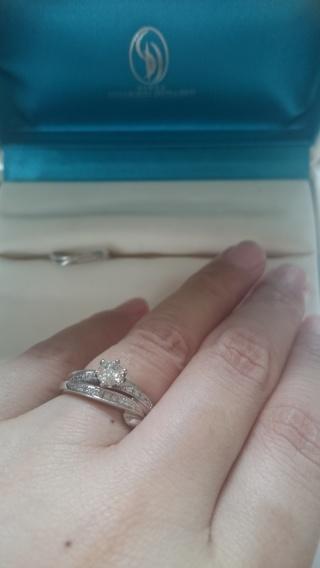【銀座ダイヤモンドシライシの口コミ】 ダイヤの煌きと指が細くなるデザインにひかれて婚約指輪を購入し、結婚指輪…
