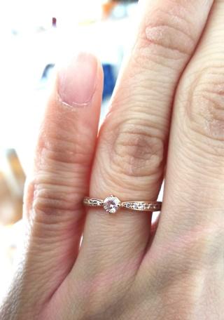 【組曲ジュエリーの口コミ】 シルバーやゴールドの指輪が婚約指輪が多い中、ピンクゴールドという色味…
