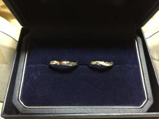 【銀座ダイヤモンドシライシの口コミ】 左上がりのウェーブのため、はめたときにダイヤの流れが指に対して真横に…
