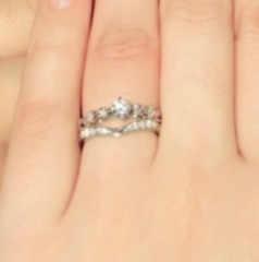 【JEWELRY  KAMATA(ジュエリーかまた)の口コミ】 婚約指輪と重ね付け出来るデザインで ダイヤがたくさん付いているのが決め…