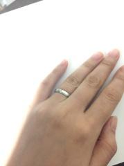 【Cafe Ring(カフェリング)の口コミ】 主人は、曲線的でなく直線的なシンプルな指輪を希望していました。 ブラン…