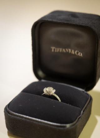 【ティファニー(Tiffany & Co.)の口コミ】 センターダイヤの周りにもたくさんのダイヤが散りばめられている華やかな指…