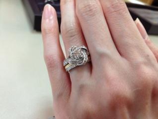 【ブシュロン(BOUCHERON)の口コミ】 シャクヤクモチーフのピヴォワンヌは、他の婚約指輪にはない華やかさがあり…