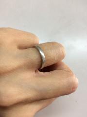 【4℃(ヨンドシー)の口コミ】 とてもシンプルなデザインで、ダイヤモンドが表面にゴロゴロ付いていると…
