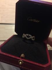 【カルティエ(Cartier)の口コミ】 婚約指輪ってせっかく貰ってもなかなかつける機会が無いので、一粒ダイヤ…