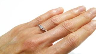 【4℃(ヨンドシー)の口コミ】 中心のダイヤモンドの両横に私の好きなピンク色のダイヤモンドが二つつい…