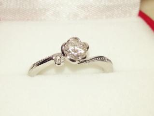 【ガラOKACHIMACHIの口コミ】 元々婚約指輪は不要と考えていましたが、 結婚指輪を見に行った際に一目惚…