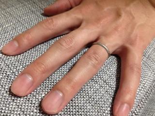 【カルティエ(Cartier)の口コミ】 指の感触です。色々なお店で指輪を試着しましたが、普段指輪をつけないため…