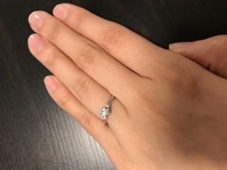 【銀座ダイヤモンドシライシの口コミ】 自分の指に一番綺麗に見えたのと自分と彼の意見が一致したのがこの指輪だっ…