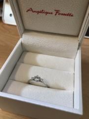 【アンジェリックフォセッテ(Angelique Fossette)の口コミ】 デザインは、メインのダイヤモンドの左右に小さなダイヤモンドが配置され…