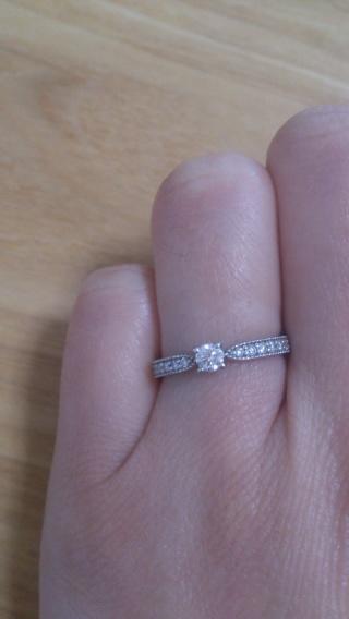 【ジュエリーツツミ(JEWELRY TSUTSUMI)の口コミ】 たくさんの種類があり迷いましたが、婚約指輪はシンプルでプラチナであれば…