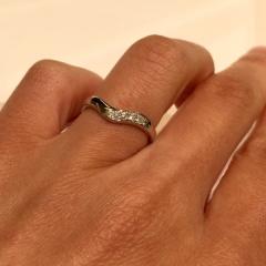【MIKIMOTO(ミキモト)の口コミ】 ミキモトの中ではVラインがシャープな印象の指輪で、指を長く見せたい方に…