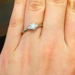 【俄(にわか)の口コミ】 大きなダイヤを取り囲むようにデザインされたきらめきがとても華やかで素敵…