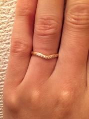 【ティファニー(Tiffany & Co.)の口コミ】 最初は真っ直ぐな形の指輪にしようかと思っていたのですが、この曲線の指輪…
