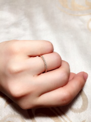 【VANillA(ヴァニラ)の口コミ】 爪留めの細いハーフエタニティを探していました。こんなに細くてダイヤを…