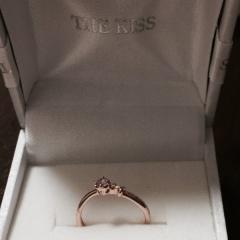 【THE KISS(ザ・キッス)の口コミ】 あまり指輪をつけないので石の大きさ的にもそこまで目立たないような指輪が…