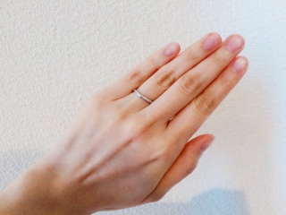 【俄(にわか)の口コミ】 結婚指輪は毎日身につけるものなので、見た目は勿論のこと、違和感なく付け…