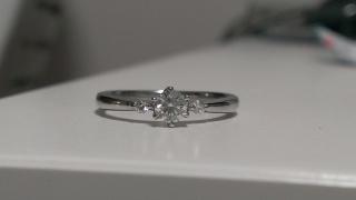 【ラザール ダイヤモンド(LAZARE DIAMOND)の口コミ】 お値段をお安く仕上げて買ったので小粒でもキラキラ光るダイヤモンドがいい…