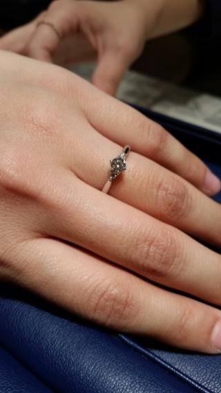 【銀座ダイヤモンドシライシの口コミ】 シンプルだけど、メインのダイヤが輝く・目立つようなデザインに惹かれ購入…