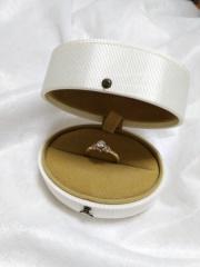 【AbHeri(アベリ)の口コミ】 デザインが細かく、裏にも小さなダイヤが付いていて、最初見たときは驚きま…