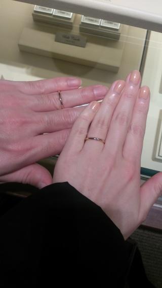 【ギンザタナカブライダル(GINZA TANAKA BRIDAL)の口コミ】 華奢なゴールドの結婚指輪です。レディースの方には一粒のダイヤモンドが埋…