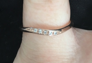 【4℃(ヨンドシー)の口コミ】 細かいダイヤが5つ並んで入っていて、上品で可愛らしいデザインです! 色…