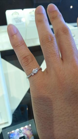 【JEWELRY  KAMATA(ジュエリーかまた)の口コミ】 真ん中のダイヤを引き立てるように両サイドに付いたピンクダイヤが可愛い…