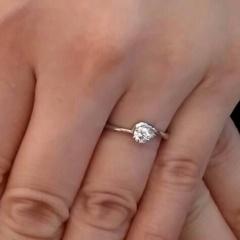 【ジュエリーツツミ(JEWELRY TSUTSUMI)の口コミ】 婚約指輪というと、大きなダイヤモンドのイメージが強いのでできるだけシン…