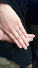 【BRIDGE(ブリッジ)の口コミ】 指がきれいに見えることから Vラインかカーブがかかっている指輪で探して…