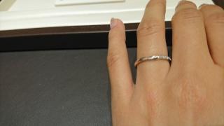 【俄(にわか)の口コミ】 夫婦共に指の関節がゴツゴツしているので、指輪は真っ直ぐのストレートタ…