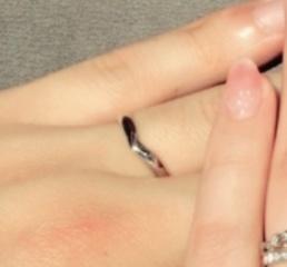 【JEWELRY  KAMATA(ジュエリーかまた)の口コミ】 指輪には詳しくないので彼女に選んでもらいましたが湾曲のデザインでとても…