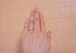 【銀座ダイヤモンドシライシの口コミ】 指が短くて太いため、少しでも指が長く見えるよう、斜めに流れるようにダイ…