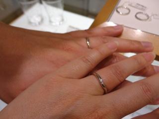 【スタージュエリー(STAR JEWELRY)の口コミ】 V字で指が細く長く見える感じです。ダイヤモンドは小さいながらもよく輝い…