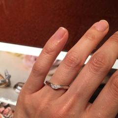 【JEWELRY  KAMATA(ジュエリーかまた)の口コミ】 どんな婚約指輪にも、合わせやすいデザインでした。婚約指輪と重ね付けす…
