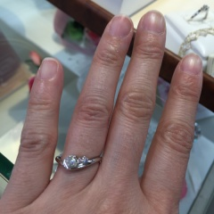 【Petit Marie(プチマリエ)の口コミ】 大きなダイヤモンドと小さなダイヤモンドが並んでいるので、とても目を引き…