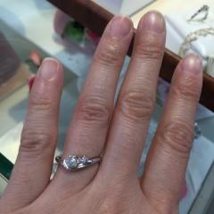 【Petit Marie(プチマリエ)の口コミ】 大きなダイヤモンドと小さなダイヤモンドが並んでいるので、とても目を引…