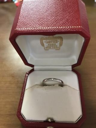 【カルティエ(Cartier)の口コミ】 婚約指輪とは別でシンプルなものを探していました。プラチナだけではさみ…