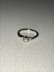 【4℃(ヨンドシー)の口コミ】 婚約指輪ということでダイヤを探していましたが、1つのダイヤでは寂しい気…