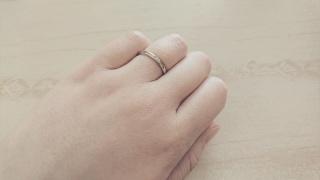 【銀座ダイヤモンドシライシの口コミ】 さりげなくて、華奢なデザインを希望していたため、細めの指輪を探していま…