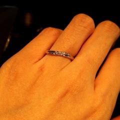 【エクセルコダイヤモンド(EXELCO DIAMOND)の口コミ】 クレアドルーンフィーヌの緩やかなカーブは、私の細い指にとても合っていて…