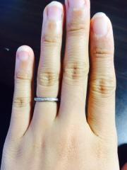 【エクセルコダイヤモンド(EXELCO DIAMOND)の口コミ】 ダイヤのついている部分が少しV字になっており、着けた時に指がとても綺麗…