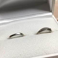 【Une Mariage(アンマリアージュ)の口コミ】 少し変わったデザインが気に入りました。 婚約指輪と重ねづけをする時は上…
