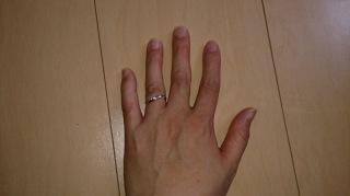 【銀座ダイヤモンドシライシの口コミ】 この指輪の決めては変わった形をしていたところに惹かれました。またダイ…