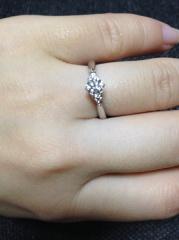 【銀座ダイヤモンドシライシの口コミ】 センターダイヤモンドのサイドに小さなメレダイヤがあるので、センターのダ…
