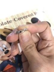 【アトリエミラネーゼの口コミ】 妻はシンプルでダイヤが3つ入った指輪が希望で店員さんからVの指輪は指が…
