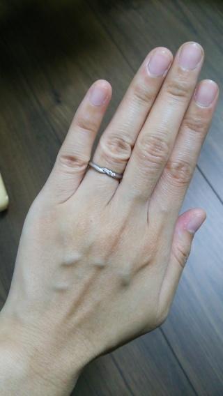 【エクセルコダイヤモンド(EXELCO DIAMOND)の口コミ】 ミル打ちが可愛くて、斜めラインもいい感じに自分の指が細く見える違和感の…