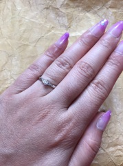 【ジュエリーツツミ(JEWELRY TSUTSUMI)の口コミ】 女性らしい可愛らしい曲線で、真ん中のダイヤが派手すぎず強調されている…