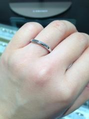 【アイプリモ(I-PRIMO)の口コミ】 細身の指輪に斜めにリングにそって3石ダイヤが入っていて、とても上品な印…