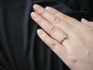 【ROYAL ASSCHER(ロイヤル・アッシャー)の口コミ】 あまり人と被らないデザインで、なおかつ可愛すぎない婚約指輪を探していた…